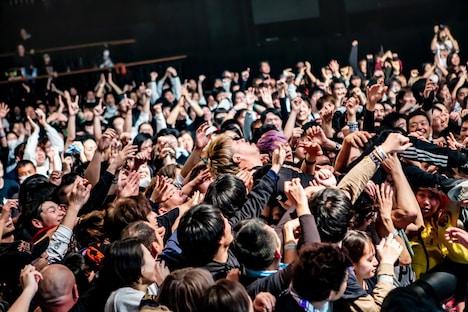 観客に運ばれるSAMBU(NAMBA69)。(Photo by TAKASHI KONUMA)