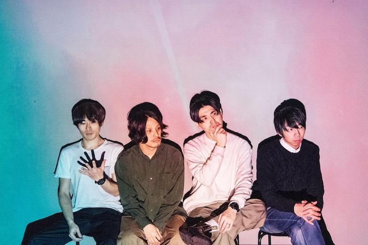 YOMOYA。左から岡崎A太(B)、チバソウタ(G)、山本たつき(Vo)、カメダタク(Key)。