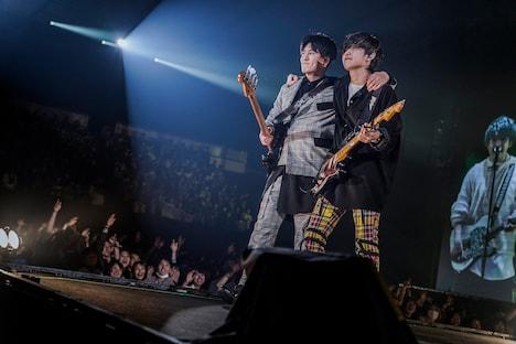 花道で肩を組む高野清宗(B)と若井滉斗(G)。(撮影:上飯坂一)