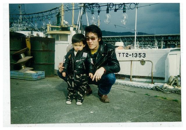 スーパージャンクで働いていた頃のセイジと甥の写真(セイジ私物)。当時セイジはレザージャケット、リーバイスの501、ジョンソンズのブーツを愛用していた。