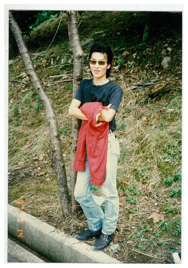 スーパージャンクで働いていた頃のセイジの写真(セイジ私物)。こちらは赤いスイングトップにリーバイスの501、ジョンソンズのブーツを合わせたルック。