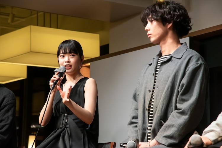 左からアイナ・ジ・エンド(BiSH)、賀来賢人。