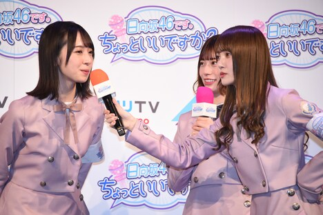 金村美玖(左)にも独特なポージングでインタビューをする加藤史帆(右)。