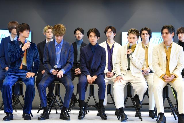 佐野勇斗(手前左)についてコメントする草川拓弥(手前右から2番目)。