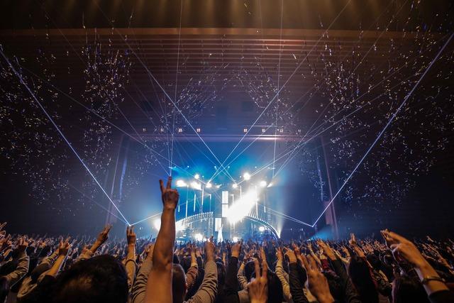 """Aimer「Aimer Hall Tour 19/20 """"rouge de bleu""""」東京国際フォーラム ホールA公演の様子。"""