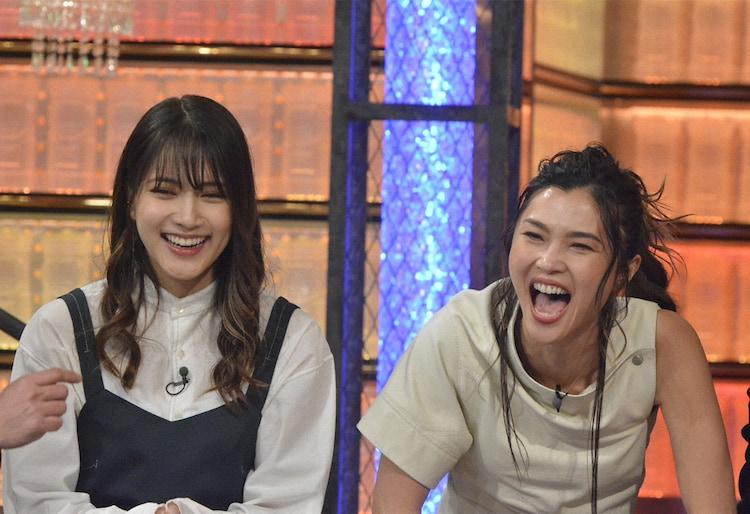 左から入山杏奈、仲宗根梨乃。(c)NTV