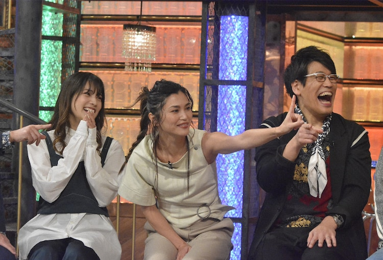 左から入山杏奈、仲宗根梨乃、古坂大魔王。(c)NTV