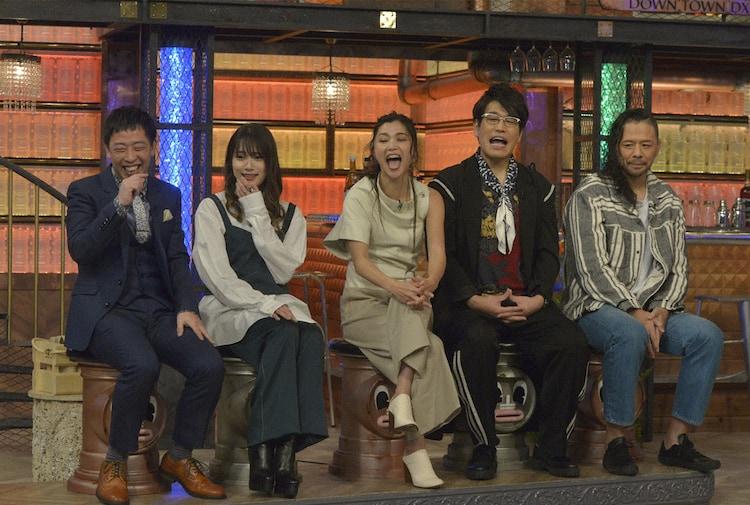 左から森田哲矢、入山杏奈、仲宗根梨乃、古坂大魔王、中邑真輔。(c)NTV