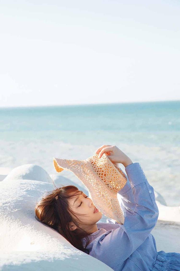 与田祐希2nd写真集「無口な時間」より。(撮影:菊地泰久)
