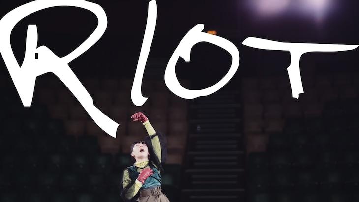 春ねむり「Riot」MVのワンシーン。