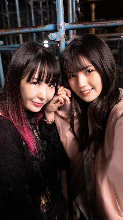 手をつなぐ大森靖子(左)と道重さゆみ(右)。