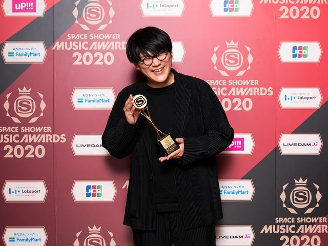 BEST VIDEO DIRECTORを受賞した林響太朗。