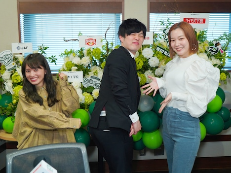 左から逢田梨香子、とーやま校長、高槻かなこ。(写真提供:TOKYO FM)