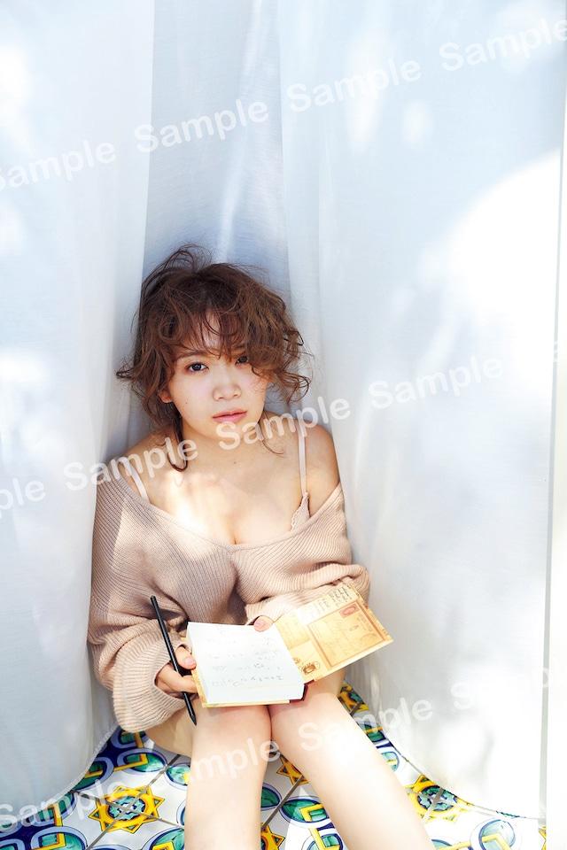 秋元真夏(乃木坂46)2nd写真集「しあわせにしたい」TSUTAYA(SHIBUYA TSUTAYAを除く)の限定ポストカード。(撮影:倉本GORI)
