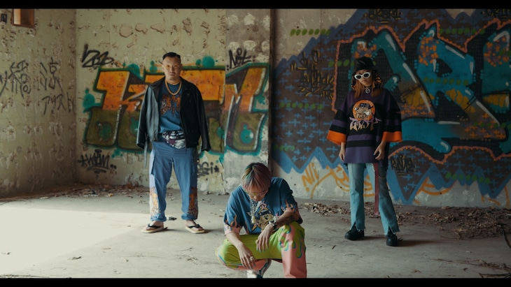 PizzaLove「GALFY2 ft. 輪入道, Neon Nonthana」ミュージックビデオより。