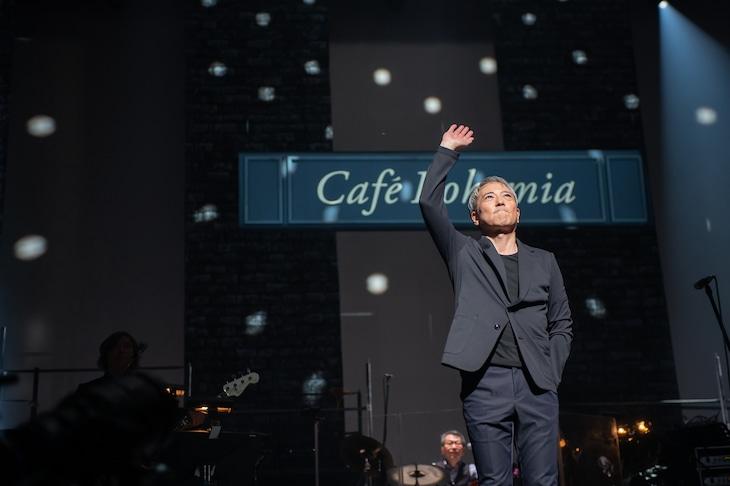 WOWOWライブ「新日本製薬 presents SONGS & FRIENDS 佐野元春『Cafe Bohemia』」のワンシーン。(写真:アライテツヤ)