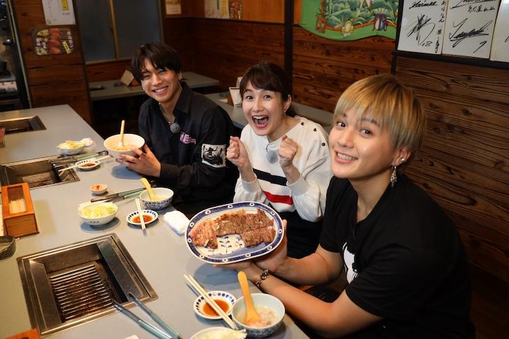 焼肉店を訪れた瀬口黎弥、田上真澄、八木勇征。(写真提供:鹿児島読売テレビ)