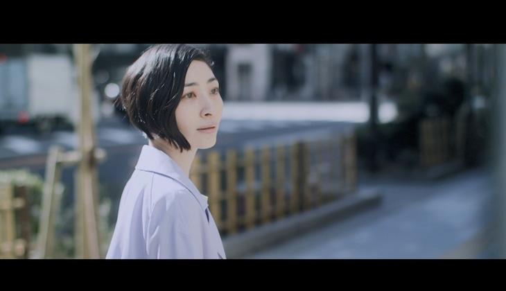 坂本真綾「クローバー」MVのワンシーン。