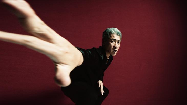 吉川晃司「Lucky man」MVのワンシーン。
