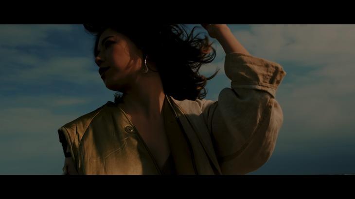 大比良瑞希「ムーンライトfeat.七尾旅人」ミュージックビデオのワンシーン。