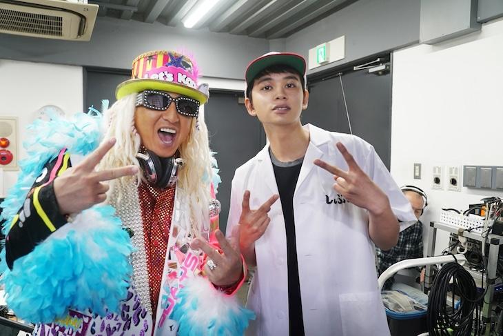 左からDJ KOO、勝又揚太郎を演じる北村匠海。(c)2020イーピャオ・小山ゆうじろう / 集英社・映画「とんかつDJアゲ太郎」製作委員会