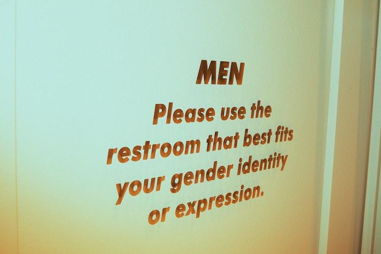 LIVE HAUSのトイレの扉。使用者へのメッセージが書かれている。