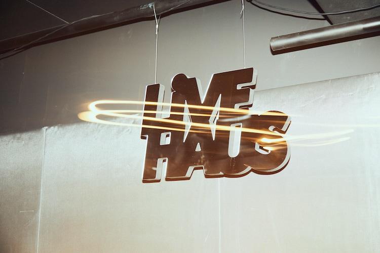 ステージ中央に設置されたLIVE HAUSロゴの看板。
