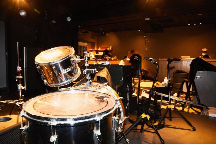 ステージ側から見たLIVE HAUSの店内の様子。ドラムセットなどの楽器や音響機材が設置されていた。