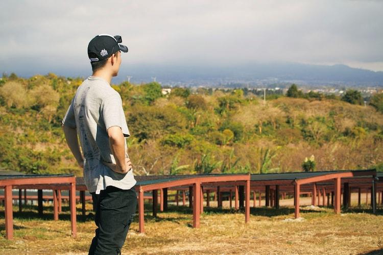 コーヒー農園を視察するEXILE TETSUYA。