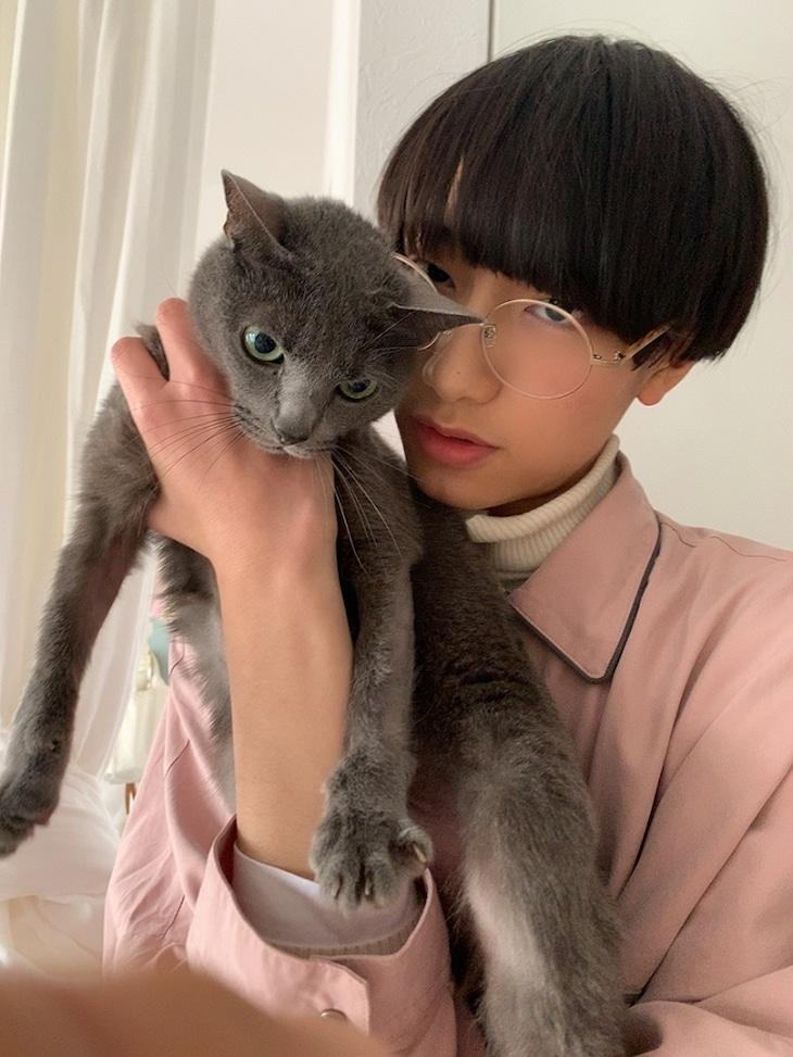 柴崎楽(SUPER★DRAGON)と愛猫のR。