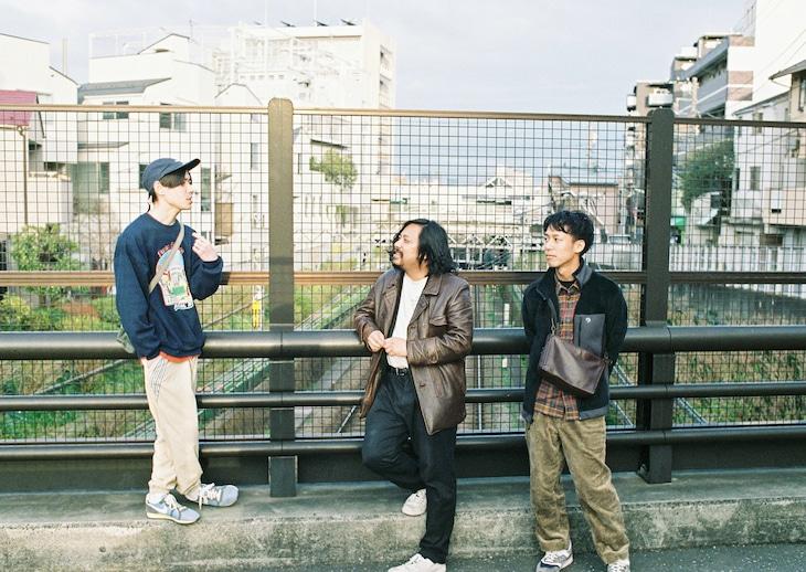 左から猪爪東風、スガナミユウ、堀田昌太郎。