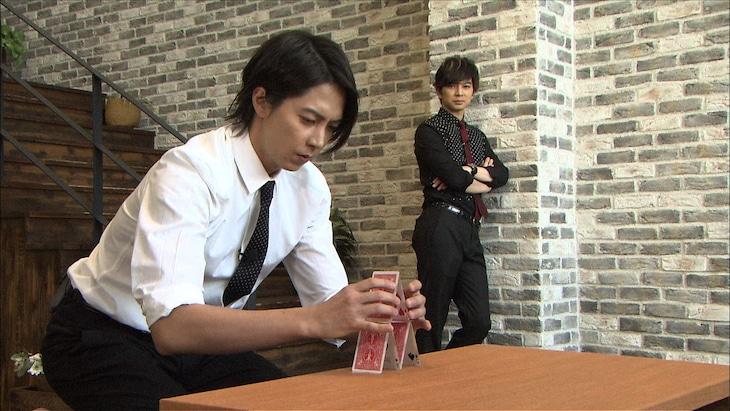 バランスボールトランプタワーに挑む山下智久(左)と、それを見つめる松本潤。(c)日本テレビ