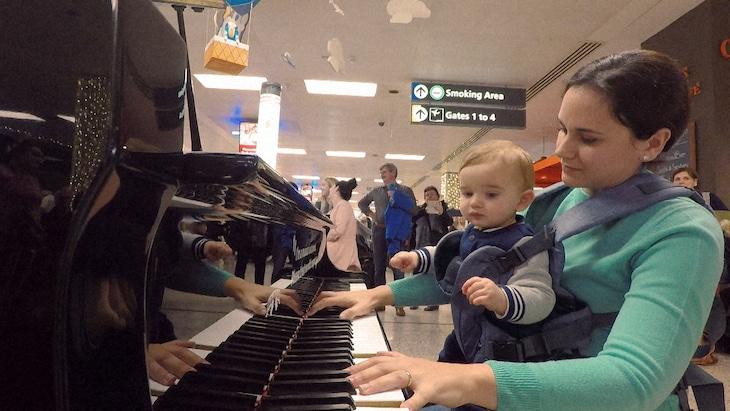 マルタ島に帰郷したピアニスト。(写真提供:NHK)
