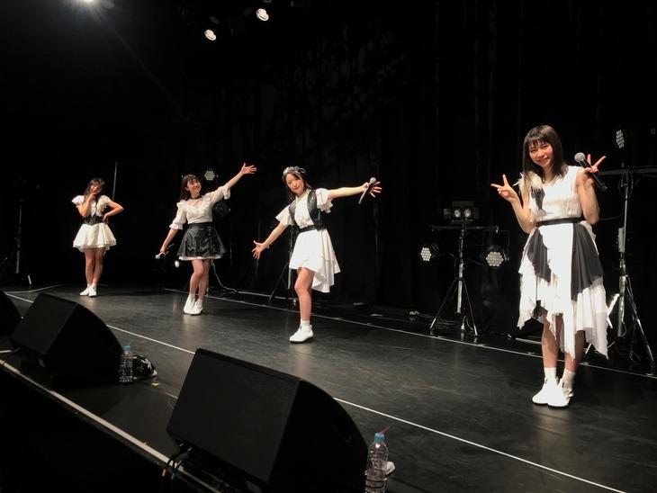 「東京女子流 * 生配信ライブ」の様子。