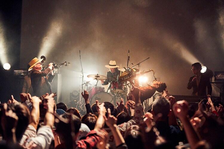 TRI4THのライブの様子。