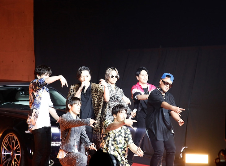 「Movin' on」をパフォーマンスする三代目 J SOUL BROTHERS from EXILE TRIBE。