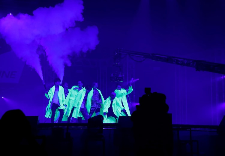 「J.S.B. DREAM」をパフォーマンスする三代目 J SOUL BROTHERS from EXILE TRIBE。
