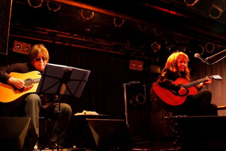 左から安田裕美、山崎ハコ。