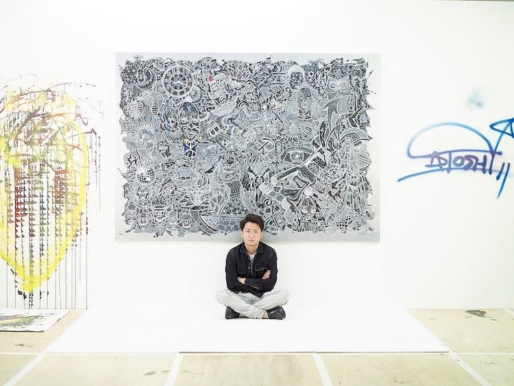 「FREESTYLE 2020 大野智 作品展」のために描き下ろした新作の大型細密画と大野智。