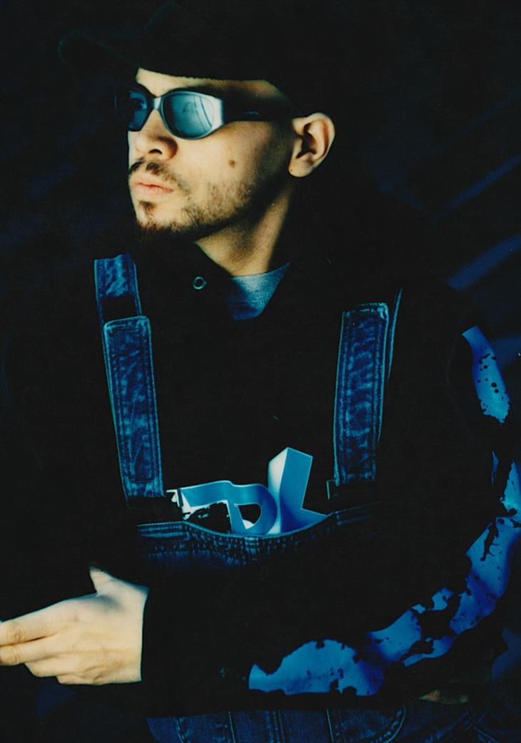 2002年、ソロ活動準備期のアーティスト写真。(c) DEVASTATOR Ent. (Photo by RYUICHI MIZUSAWA)