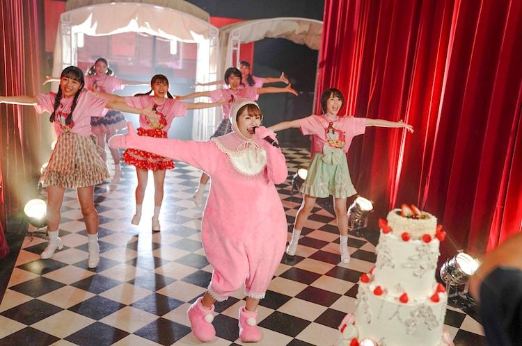 CROWN POPとアメフラっシのメンバーを従えて踊る赤ちゃんあーりん。(撮影:上飯坂一)