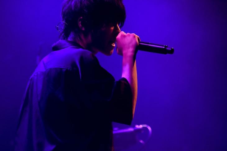 神はサイコロを振らない Streaming Live「理-kotowari-」より、柳田周作(Vo)。(Photo by MASANORI FUJIKAWA)