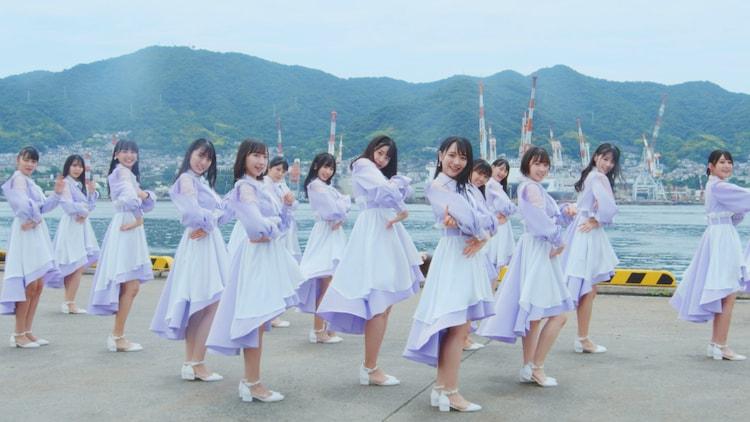 "STU48「思い出せる恋をしよう」のミュージックビデオ""1期生・ドラフト3期生歌唱ver.""のダンスシーン。"