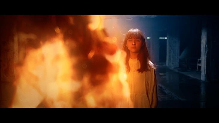 Aimer「SPARK-AGAIN」MVのワンシーン。