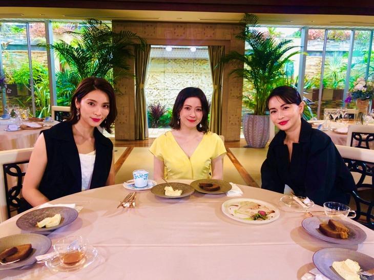 左から秋元才加、宮澤エマ、長谷川京子。(写真提供:関西テレビ)