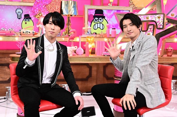 左からSnow Manの宮舘涼太、向井康二。(c)TBS