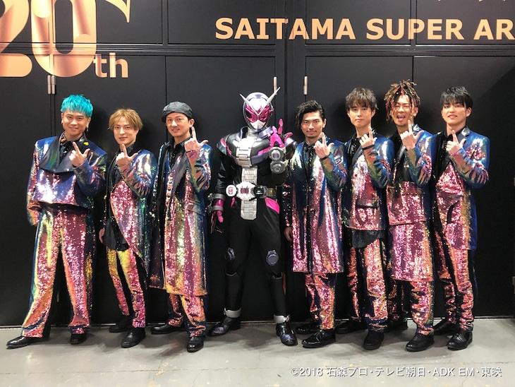 DA PUMPとライブにゲスト出演した仮面ライダージオウ(左から4番目)。
