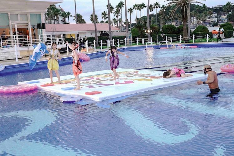 プールではしゃぐももいろクローバーZ。