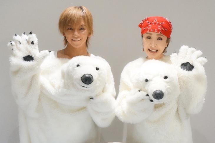 左から松岡充、小林幸子。