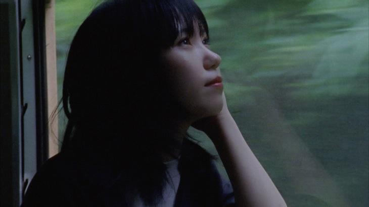 Karin.「知らない言葉を愛せない」ミュージックビデオより。
